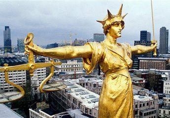 طلب تصحيح قرار محكمة النقض- وجوب الاستعانة بمحامي- تقديمه من المحافظ شخصيا- عدم قبول الطلب